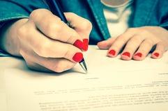 Femme avec le document de signature de contrat de stylo bille images libres de droits