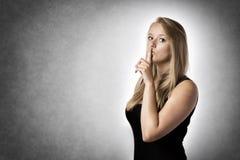 Femme avec le doigt aux lèvres Photo stock