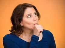 Femme avec le doigt dans la bouche, suçant le pouce Photographie stock