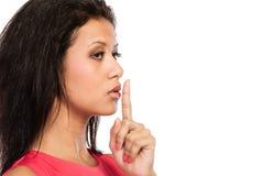 Femme avec le doigt sur des lèvres montrant le geste de silence Images stock