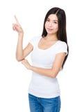 Femme avec le doigt vers le haut images libres de droits