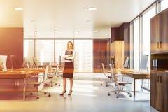 Femme avec le dossier dans le bureau gris et en bois illustration libre de droits