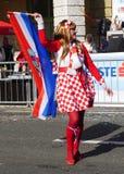 Femme avec le drapeau croate et habillée dans le costume avec le modèle national croate posant sur la rue au jour de carnaval images libres de droits