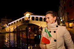 Femme avec le drapeau italien ayant le temps de Noël d'amusement à Venise Photo stock