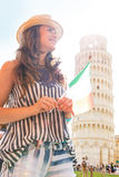 Femme avec le drapeau italien devant la tour de Pise Photo libre de droits