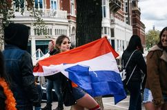 Femme avec le drapeau néerlandais national Photo stock