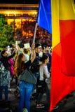 Femme avec le drapeau roumain, Bucarest, Roumanie Photo libre de droits
