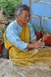 Femme avec le foin Photo stock