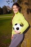 Femme avec le football sur un arbre images libres de droits