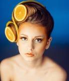 Femme avec le fruit dans les cheveux Photographie stock