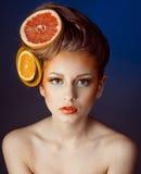 Femme avec le fruit dans les cheveux Images stock