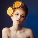 Femme avec le fruit dans les cheveux Photo libre de droits