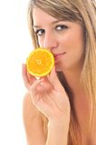 Femme avec le fruit orange d'isolement sur le blanc photographie stock