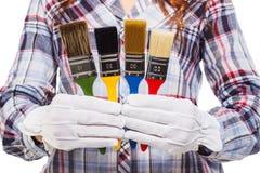 Femme avec le gant blanc et les pinceaux colorés Photos stock