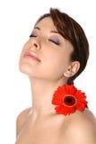 Femme avec le gerbera sur l'épaule Images stock