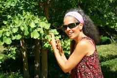 Femme avec le Ginkgo Biloba photo stock