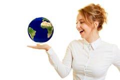 Femme avec le globe planant sur la paume photos stock