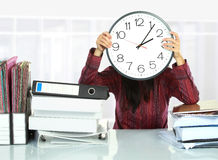 Femme avec le grand revêtement d'horloge image stock