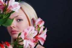 Femme avec le groupe de fleurs Image libre de droits