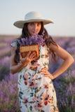 Femme avec le groupe de lavande dans le panier en osier Photographie stock