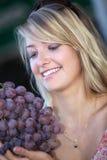 Femme avec le groupe de raisins photo libre de droits