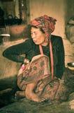 Femme avec le headcloth rouge au Népal Photographie stock