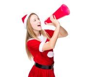 Femme avec le hurlement de robe de Noël avec le mégaphone Photographie stock libre de droits