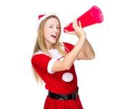 Femme avec le hurlement de robe de Noël avec le mégaphone Photo stock