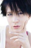 Femme avec le joli visage et le cheveu court Photographie stock libre de droits