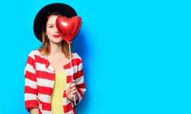 Femme avec le jouet de forme de coeur Photographie stock libre de droits