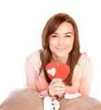 Femme avec le jouet rouge de coeur Photo stock