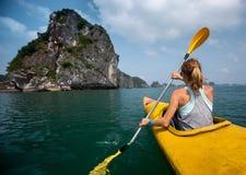 Femme avec le kayak Images stock