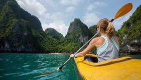 Femme avec le kayak Photographie stock libre de droits