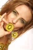 Femme avec le kiwi sur le blanc Photos stock