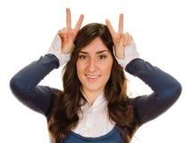 Femme avec le klaxon de doigts Photographie stock