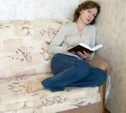 Femme avec le livre Photographie stock libre de droits