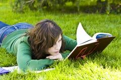 Femme avec le livre Photo stock
