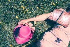 Femme avec le livre d'amour dans l'herbe Image stock