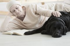 Femme avec le livre de lecture de cancer Image stock