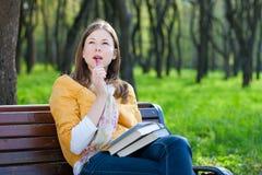 Femme avec le livre en stationnement Image libre de droits
