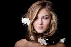 Femme avec le long cheveu avec des fleurs Photographie stock libre de droits