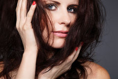 Femme avec le long cheveu bouclé foncé. photo stock