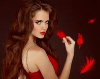 Femme avec le long cheveu brun bouclé de beauté Image stock
