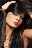 Femme avec le long cheveu noir. photographie stock