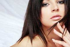 Femme avec le long cheveu noir. image libre de droits