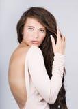 femme avec le long cheveu ondulé. Image stock