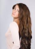 Femme avec le long cheveu ondulé. Image libre de droits
