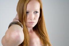 Femme avec le long cheveu rouge Photo libre de droits