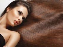 Femme avec le long cheveu sain. Photographie stock