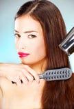 Femme avec le longs dessiccateur et peigne de coup de fixation de cheveu photo libre de droits